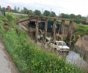 Manisa'da otomobil sulama kanalına uçtu: 2 yaralı