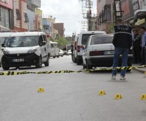 Sokak ortasında silahlı kavgada yaralanan 5 kişiden biri öldü