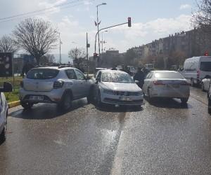 Otomobil kırmızı ışıkta bekleyen araçlara çarptı: 1 yaralı