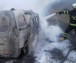 Bingöl'de seyir halindeki araç yandı