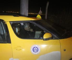 İnşaat temel çukurunda asılı kalan ticari taksiyi itfaiye ekipleri kurtardı