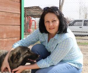 Sokak hayvanlarına Rus gelin şefkati