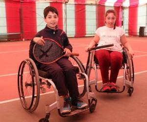 Engellerini sporla aşan minik tenisçiler