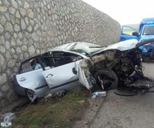 Otomobil beton duvara çarptı : 2 yaralı