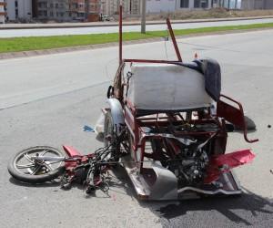Otomobilin çarptığı motosiklet sürücüsü öldü