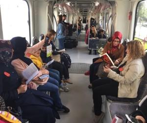 İlkokul öğrencilerinden tramvayda kitap okuma etkinliği