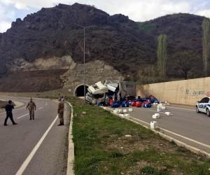 Sivas'ta tır devrildi: 1 yaralı
