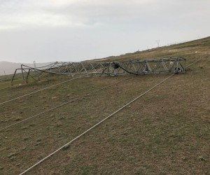 Şiddetli fırtına elektrik hatlarına zarar verdi