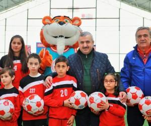 Körfez'de 1000 futbol topu dağıtıldı