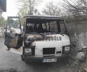 Park halindeki minibüste çıkan yangın paniğe neden oldu