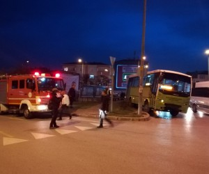 Kocaeli'de özel halk otobüsü ile otomobil çarpıştı: 2 yaralı