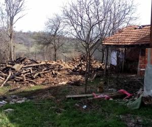 Yangın sonrası 2 katlı ahşap bina yıkıldı
