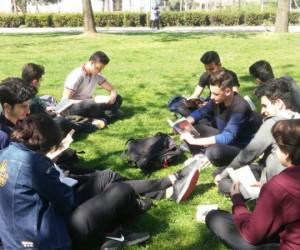 Parkta kitap okuyarak dikkat çektiler