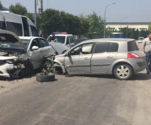 Bursa'da iki araç kafa kafaya çarpıştı, 3 kişi yaralandı