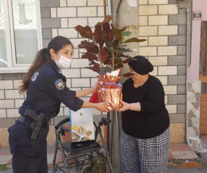 Kimse anneler günümü kutlamadı dedi, polis sürpriz yaptı