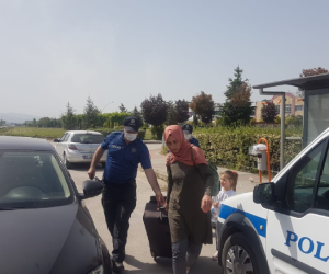 Vicdansız şoför genç kadını ve çocuğunu yolda bıraktı