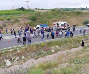İşcileri taşıyan kamyonet kaza yaptı 2 ölü 45 yaralı