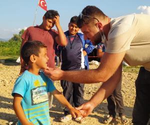 CHP'li gençler çocukların gönüllerine dokundular