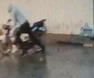 Motosikletin çalınma anı kameraya yansıdı