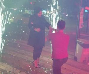 Şehrin merkezinde, dev ekranda sürpriz evlenme teklifi