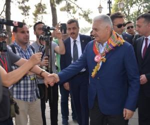 Başbakan Binali Yıldırım, Ertuğrul Gazi Türbesi'nde Kayı Alplerinin nöbet değişimini izledi
