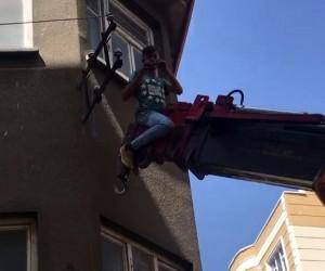 Vinç üzerinde elektrik direğinde çalışan işçi korkuttu