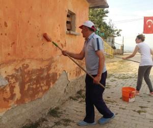 Fedakar öğretmenler boya yaptı