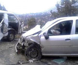 Otomobille minibüsle çarpıştı: 1 ölü, 4 yaralı